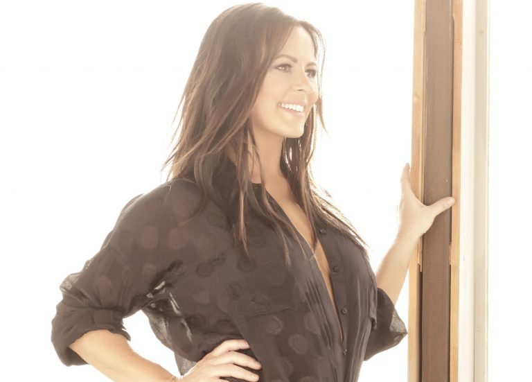 Sara Evans Will Bring the Magic to the Holidays with At Christmas Tour