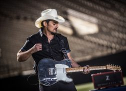 Brad Paisley Extends Weekend Warrior World Tour Into 2018