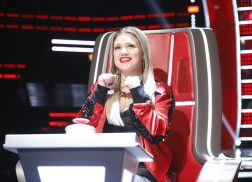 <em>The Voice</em> Blind Auditions: Kelly Clarkson Fights for a Country Artist
