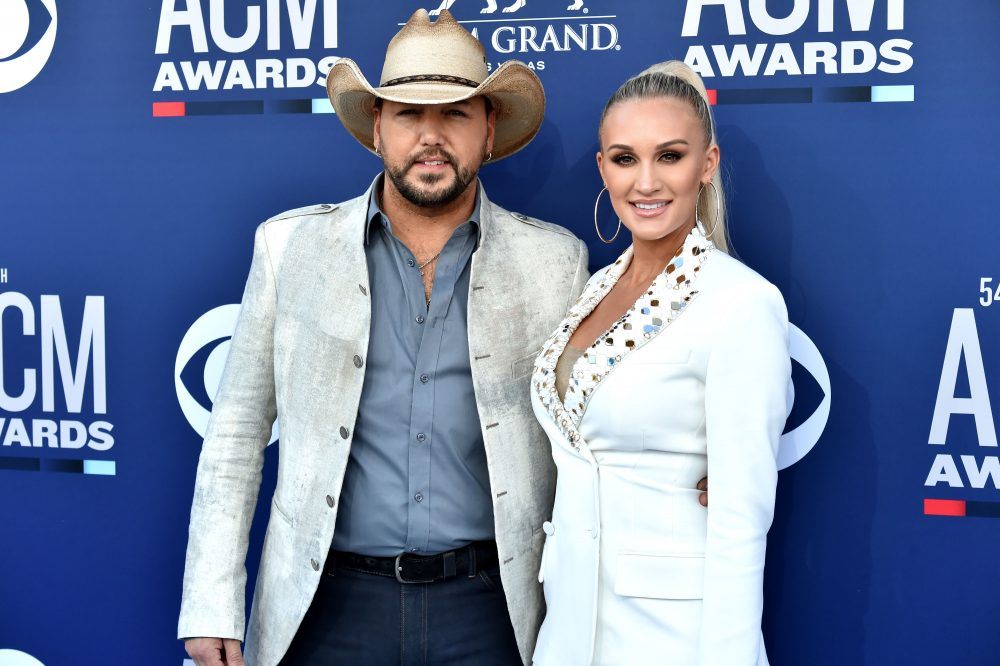 Watch Jason Aldean Sing His Daughter Navy to Sleep